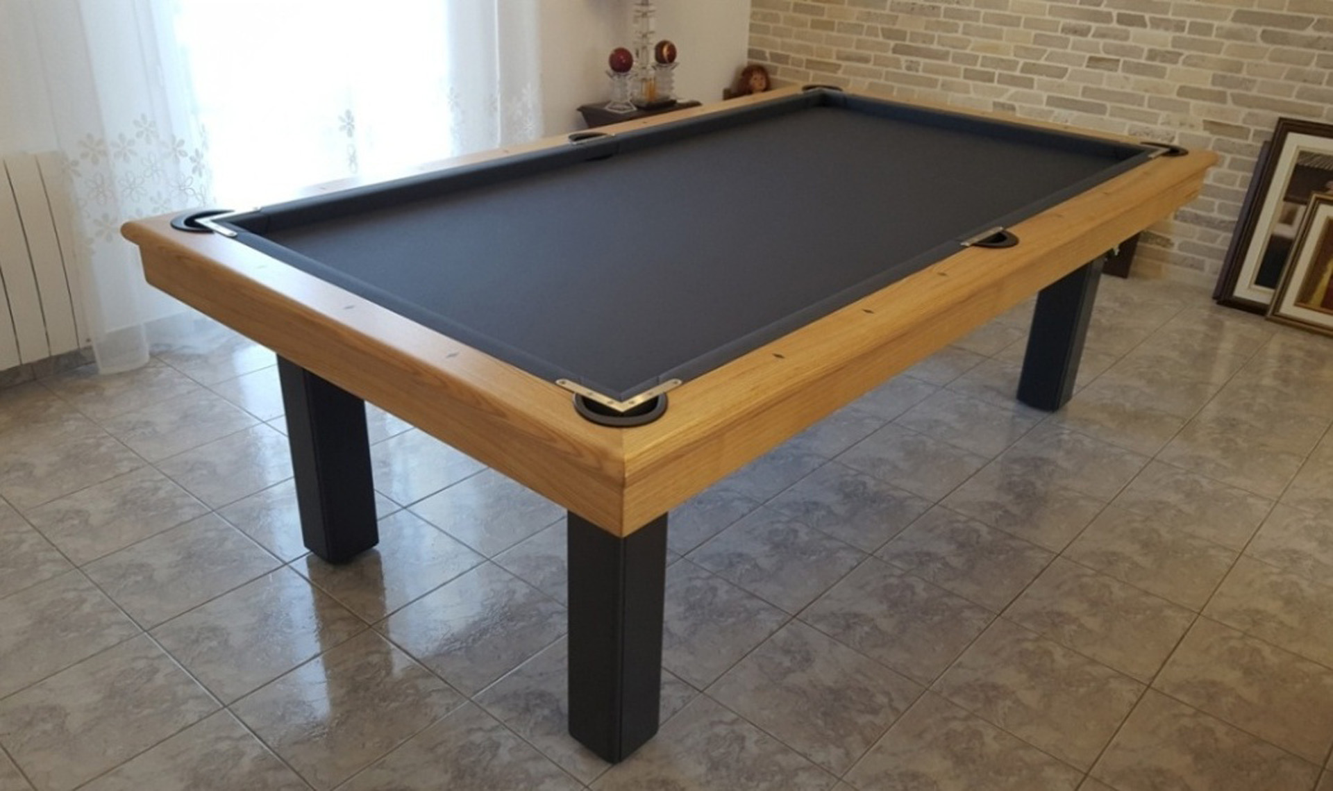 Table de billard Orion contemporain de Billards Bréton équipée de plugs pour un jeu mixte